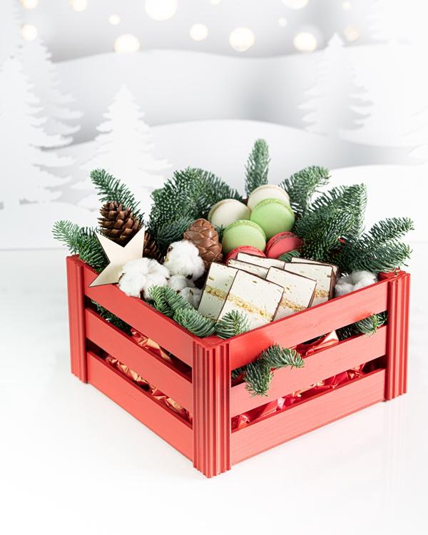 Большой ящик с новогодними гостинцами